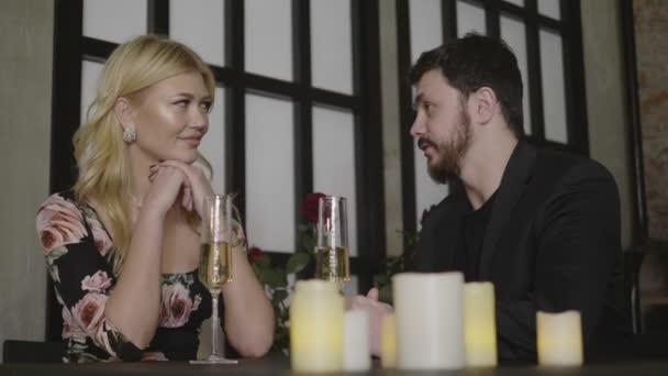 Fröhliches Paar kommuniziert mit Gesten und Lachen