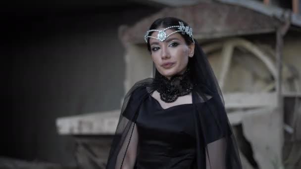Profi-Model in schwarzem Kleid und Diamant-Diadem posiert