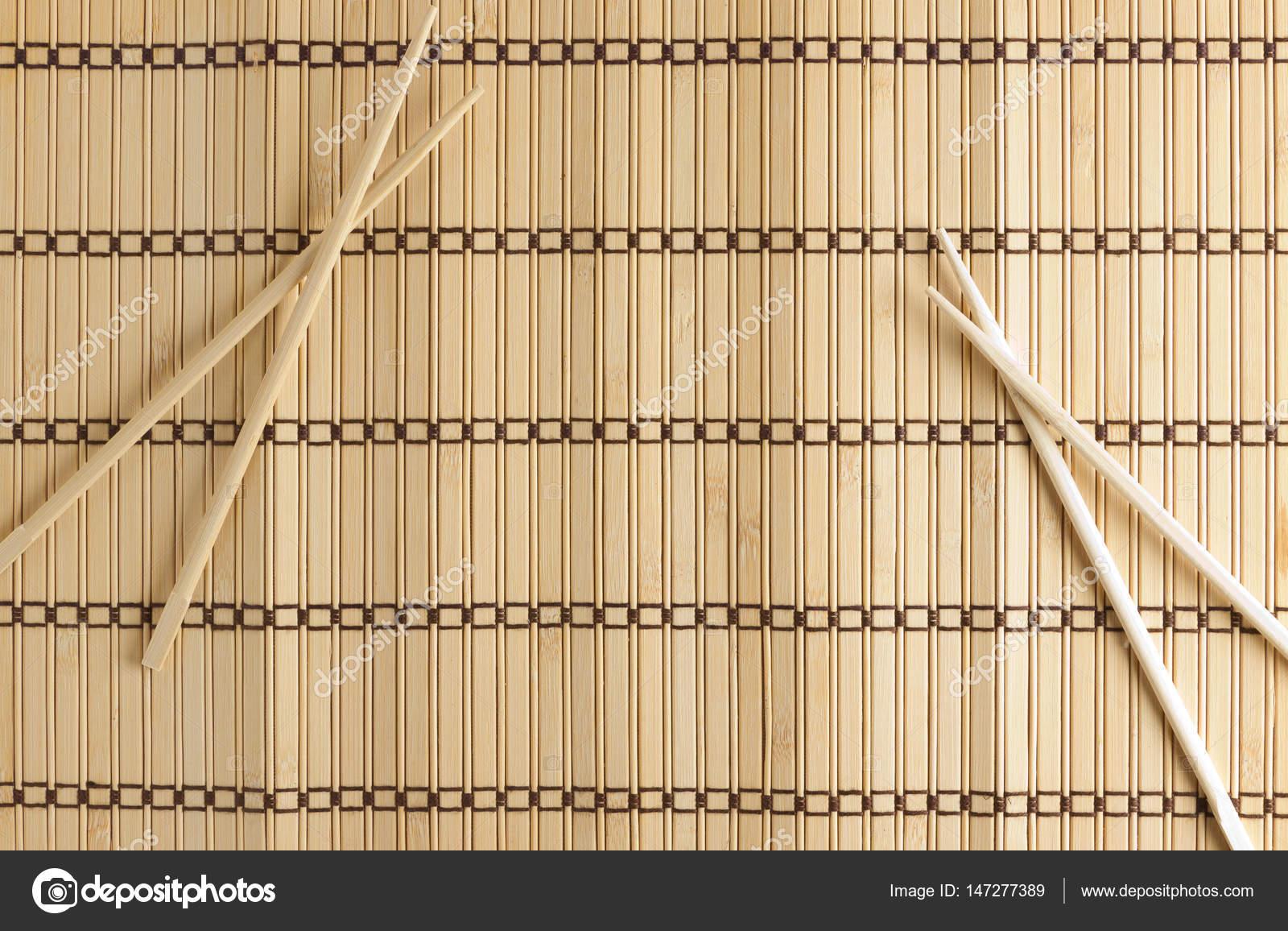 Bambus Matte Fur Sushi Mit Holzernen Stabchen Stockfoto