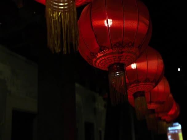 Chinesische Laterne  Glühbirne auf dunklem Hintergrund. Der Innenraum asiatisch dekoriert. Selektiver Fokus.