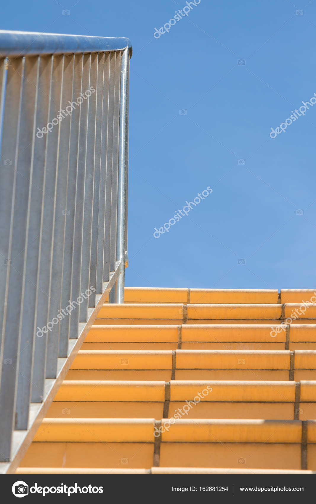 edelstahl-handlauf und geländer außentreppe fliesen im vorfeld