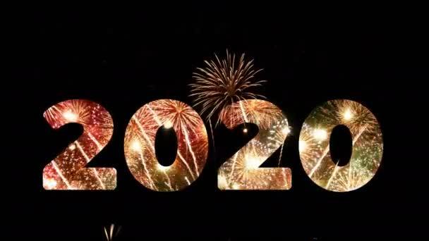 4k. ohňostroj roku 2020 pozdrav během silvestrovského odpočítávání oslavy, smyčka skutečného zlatého a srdíčka ve tvaru ohňostroje festival na obloze v noci s barevným