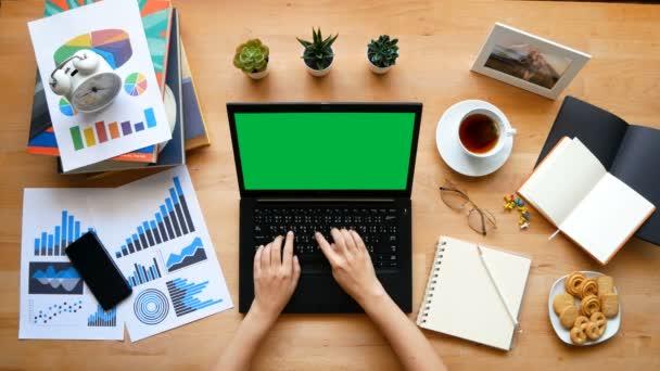 4K. Otthonról dolgozom. billentyűzeten gépelő emberek, akik otthoni karantén alatt krómkulcsú zöld képernyős laptoppal dolgoznak, hogy elkerüljék a COVID-19 Coronavirus járvány terjedését.