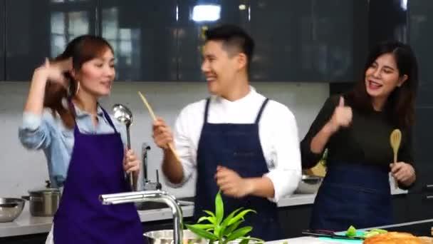Nő egy jóképű szakács és barátja főzés együtt egészséges ételek, saláták a konyhában.Életmód és főzés koncepció.