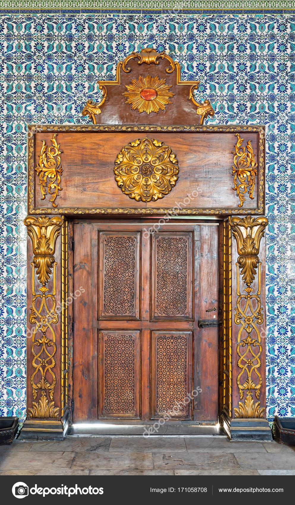 Gravierte Alte Holztür Umrahmt Von Goldenen Reich Verzierte - Fliesen auf türkisch