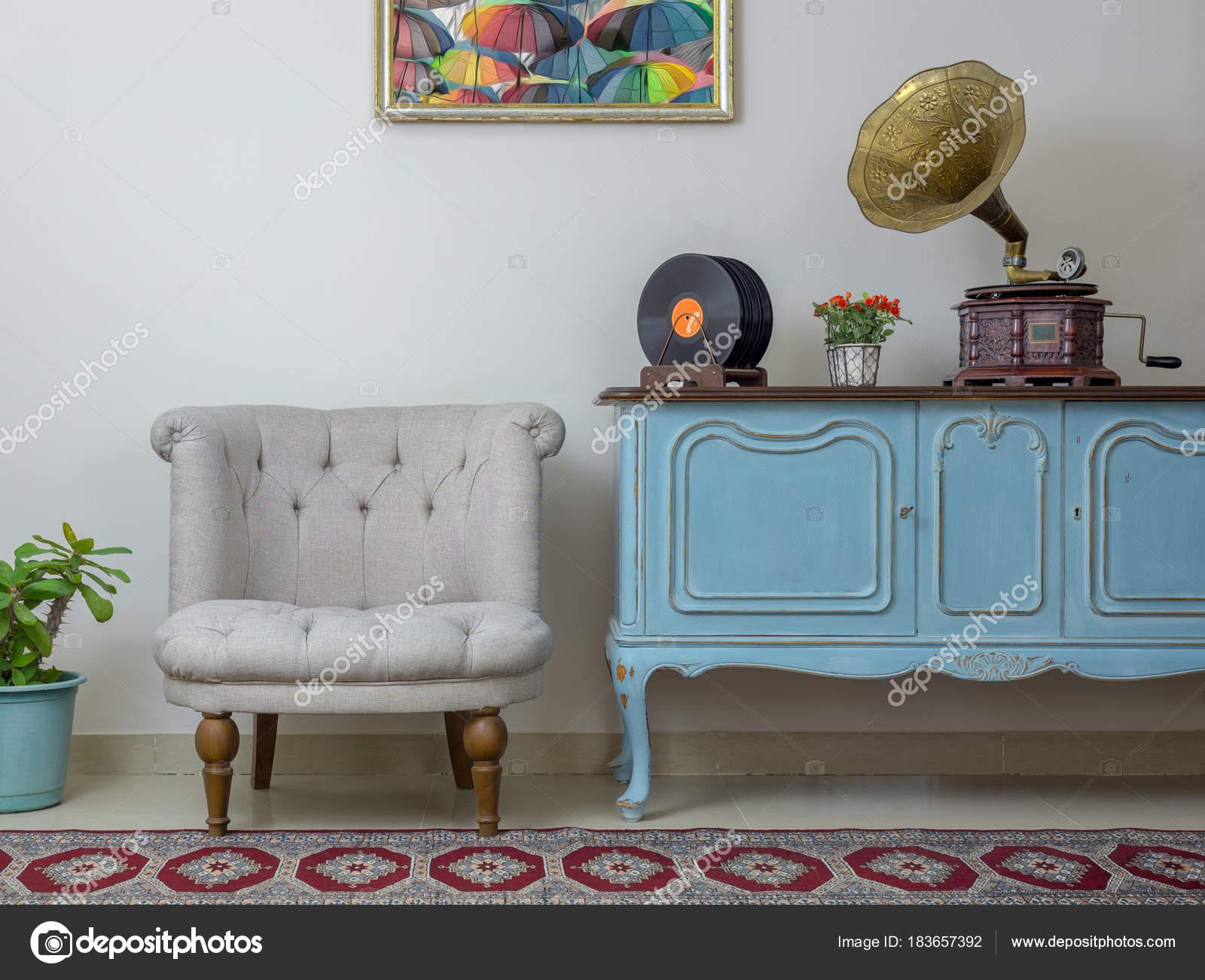 Retro poltrona bianca madia blu chiaro in legno vintage vecchio