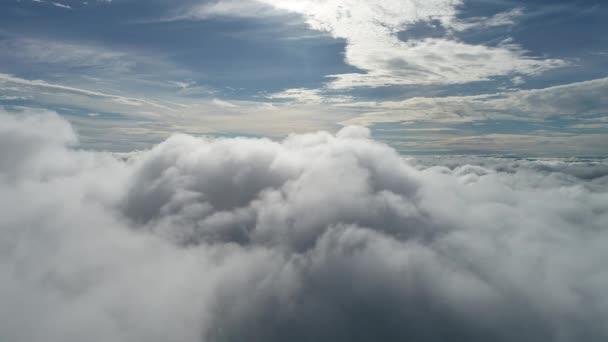 Dron letící nad mraky s krásnou oblohou. Skvělá krajina.