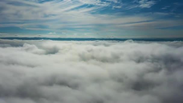 Létání nad mraky s velkou krajinou.