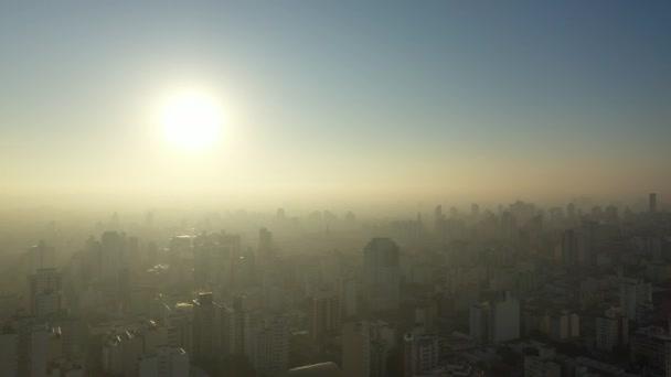 Panorámás kilátás ködös napfelkelte a városi élet jelenet. Nagy táj