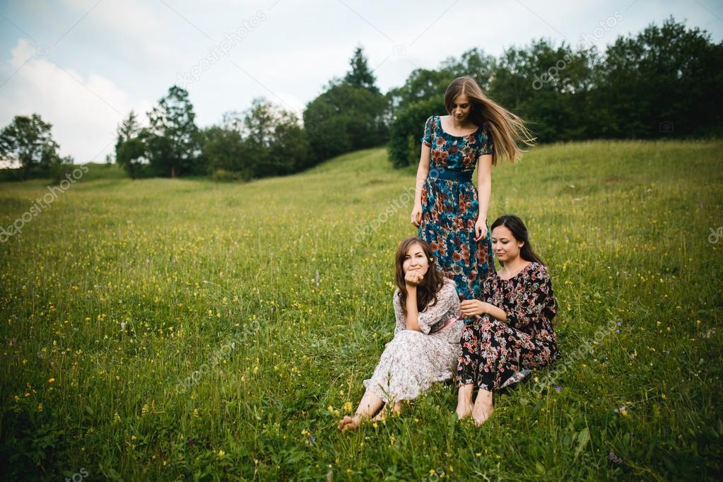 Vestidos de novia chicas descanso en la naturaleza en un prado de ...