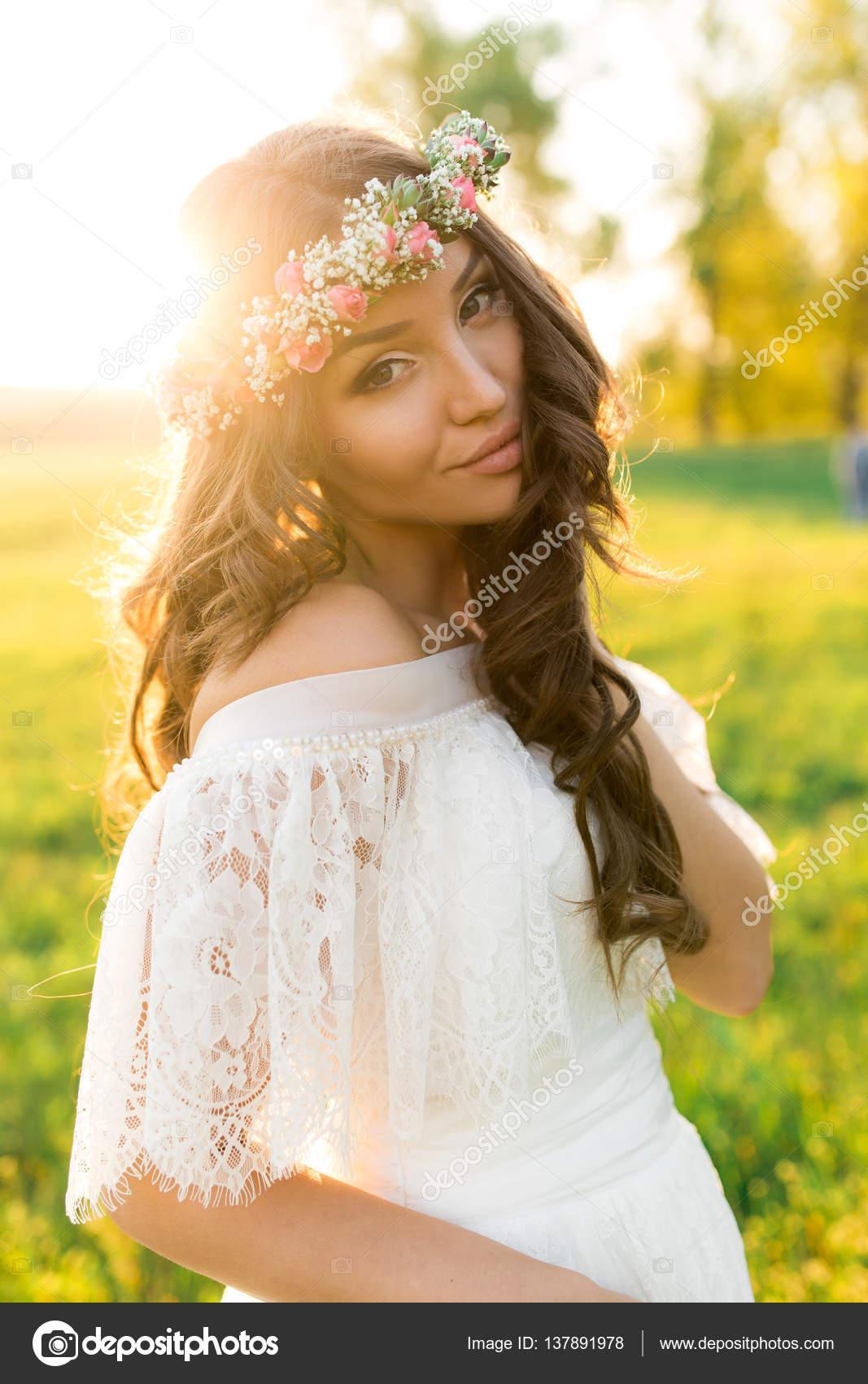 Schöne Braut im Brautkleid und mit einer schönen Stimmung in der ...