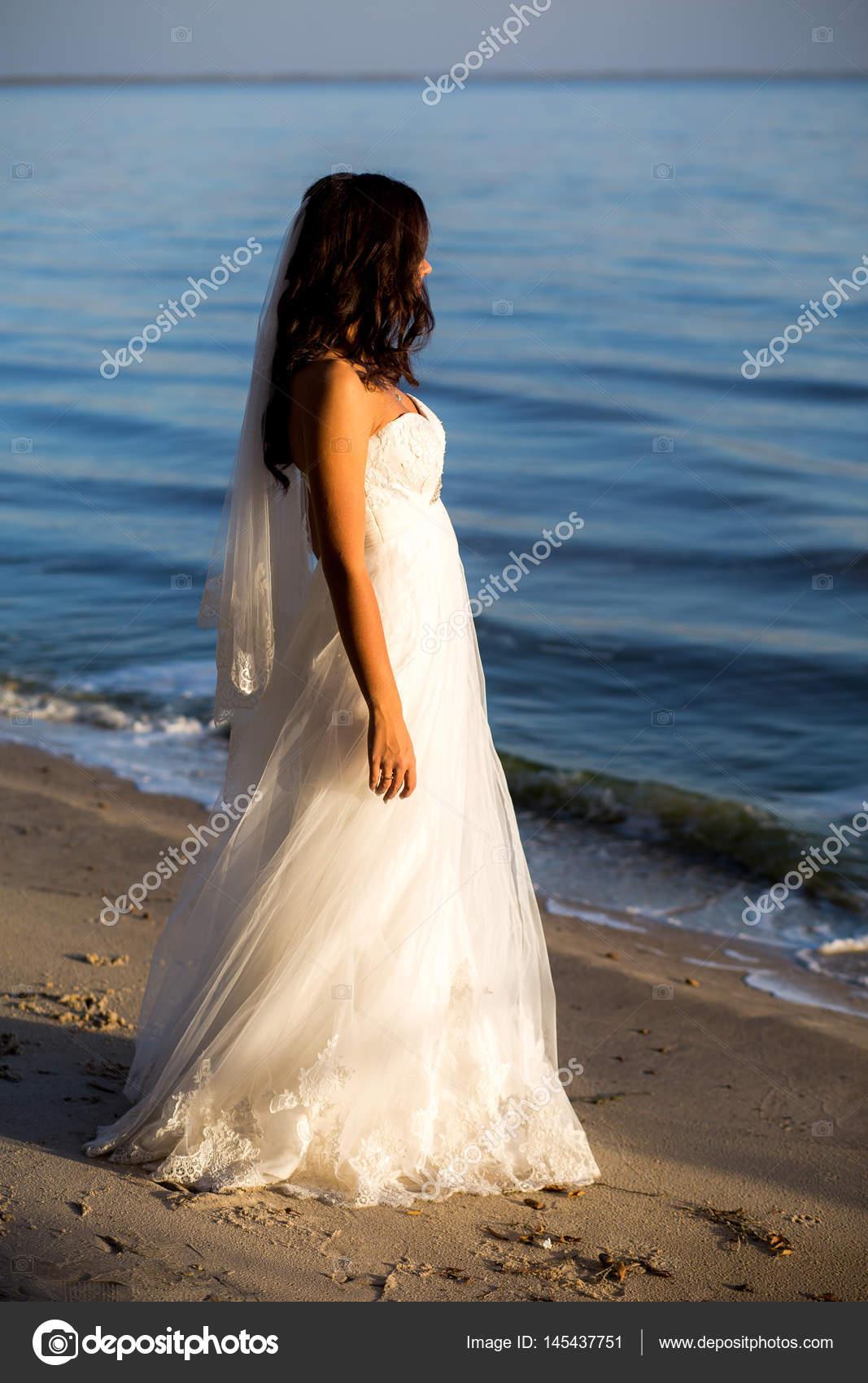 Retrato de novia morena en vestido de novia con un hermoso peinado ...