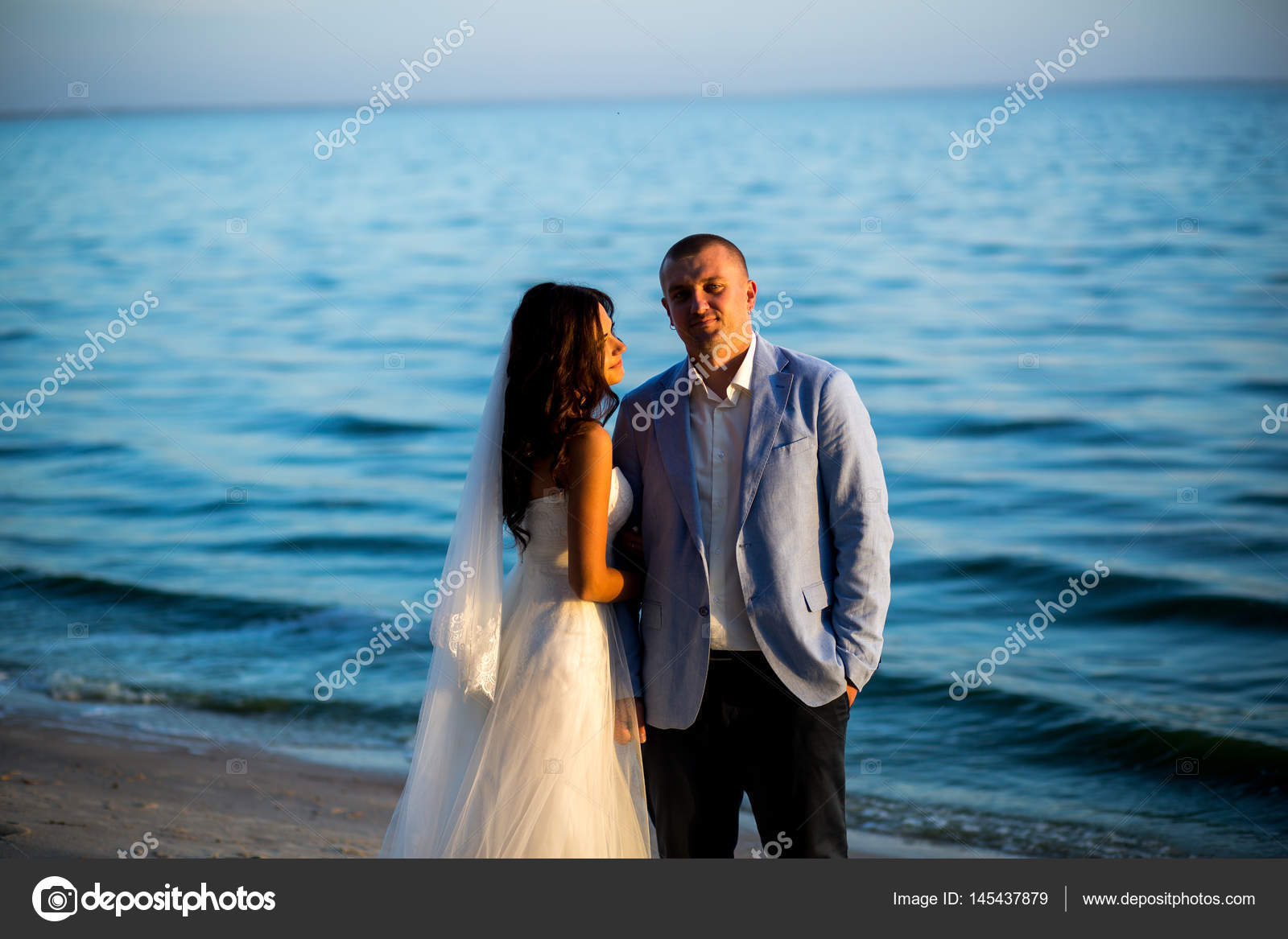 Retrato de pareja de recién casados de los amantes de la naturaleza ...