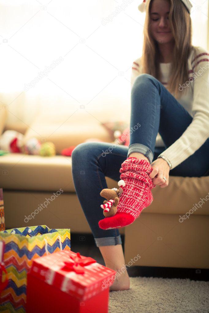 Mädchen tragen rote Weihnachten Socken — Stockfoto © andrey_zhorov ...