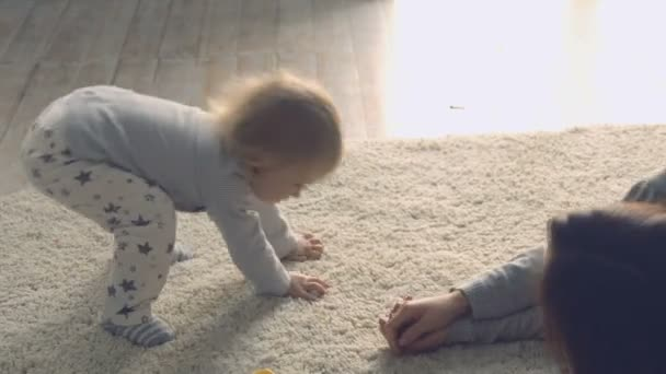 Matka si hraje s dcerou na podlaze