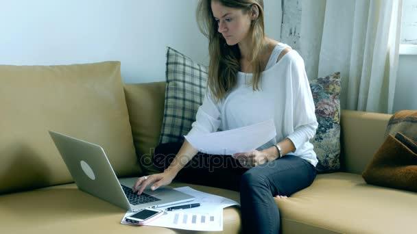 Žena pomocí přenosného počítače a práci s dokumenty