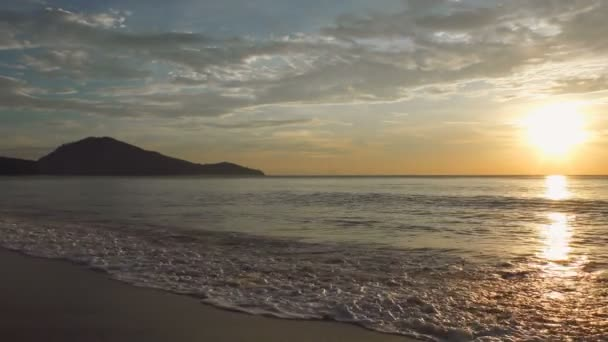 Pittoresco tramonto dal mare