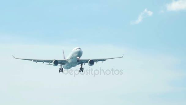 Passagierflugzeug nähert sich mit Fahrwerk dem Himmel
