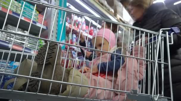 Čekání přitom rodiče nakupování
