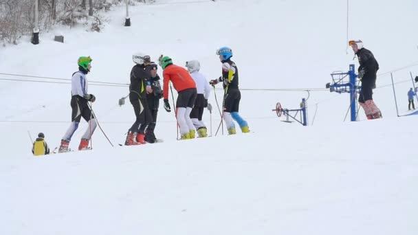 Trainer-Rede mit Skifahrern
