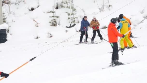 Skifahrer übt mit Skilehrer