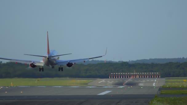 Twin motor letadla přistávají na letišti Schiphol