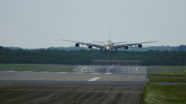 Čtyři motory letadel, přistání