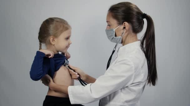 Arzt benutzt Stethoskop auf kleinem Mädchen