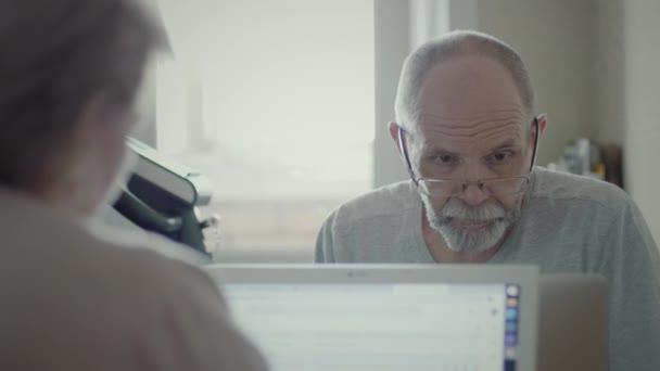 Ein älterer Mann, der fern zu Hause arbeitet