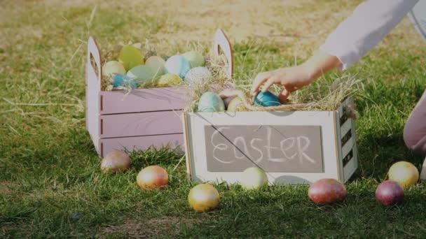 Lány gyűjteni színes húsvéti tojás