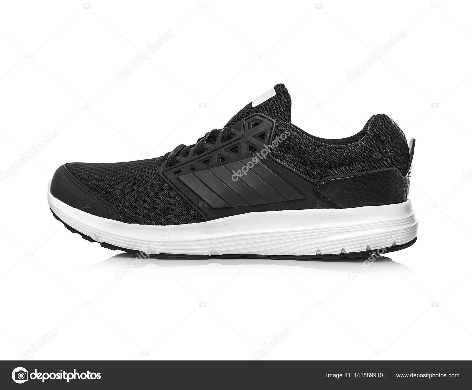 09e3ee14490ad Zapatillas de deporte sin marca negro aislados sobre fondo blanco — Foto de  ...