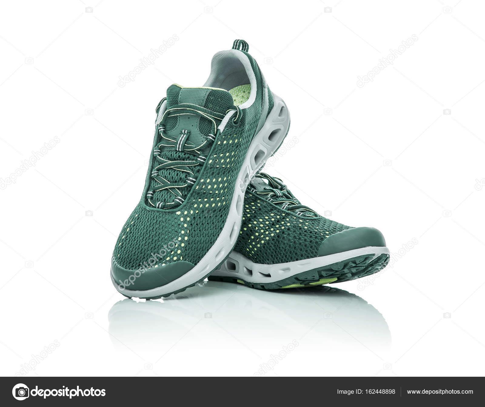 83fde2908a63c Zapatillas de deporte sin marca aislados sobre fondo blanco — Fotos de Stock