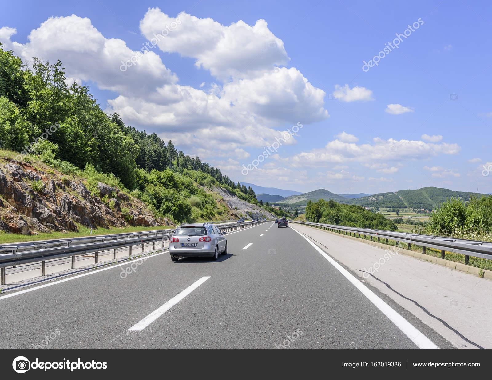 車山の風景の中でのアウトバーン...