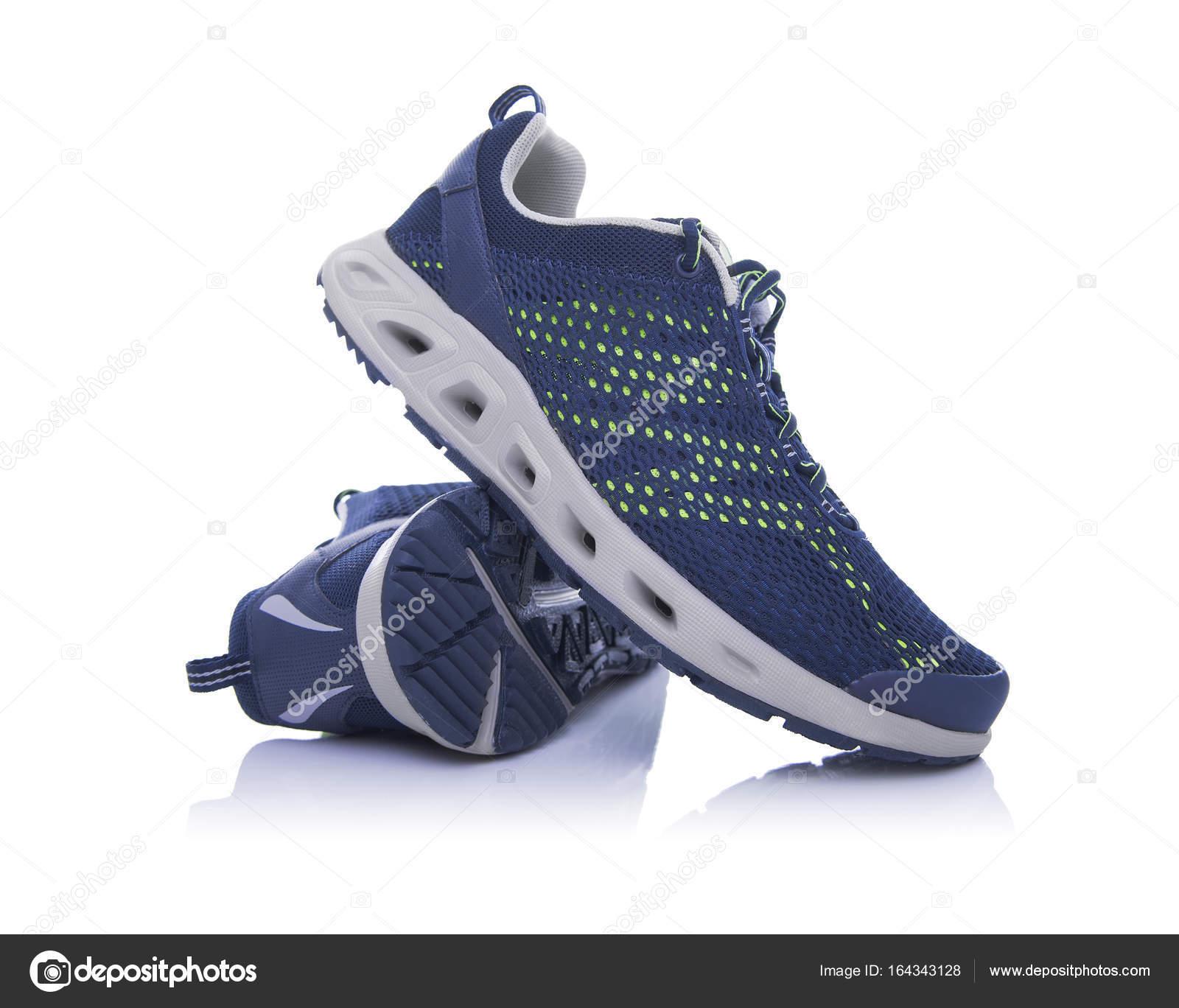 de739934847dd Zapatillas de deporte sin marca aislados sobre fondo blanco — Foto de Stock