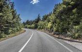 Strada di campagna ad alta velocità tra le montagne