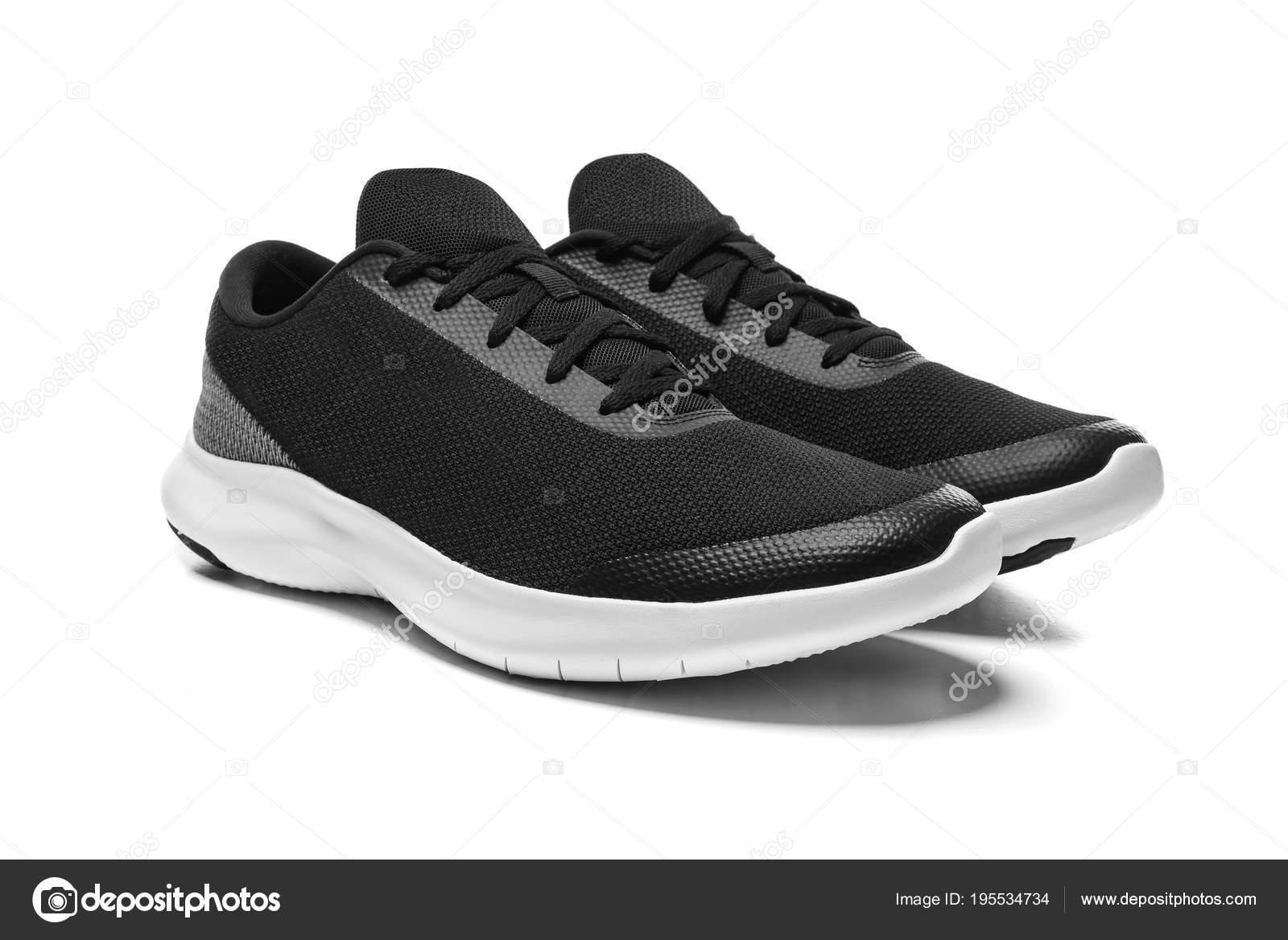 afc5ed61453 Unbranded μοντέρνα ύπουλος απομονωθεί σε λευκό φόντο. Μαύρα αθλητικά  παπούτσια — Εικόνα από ...