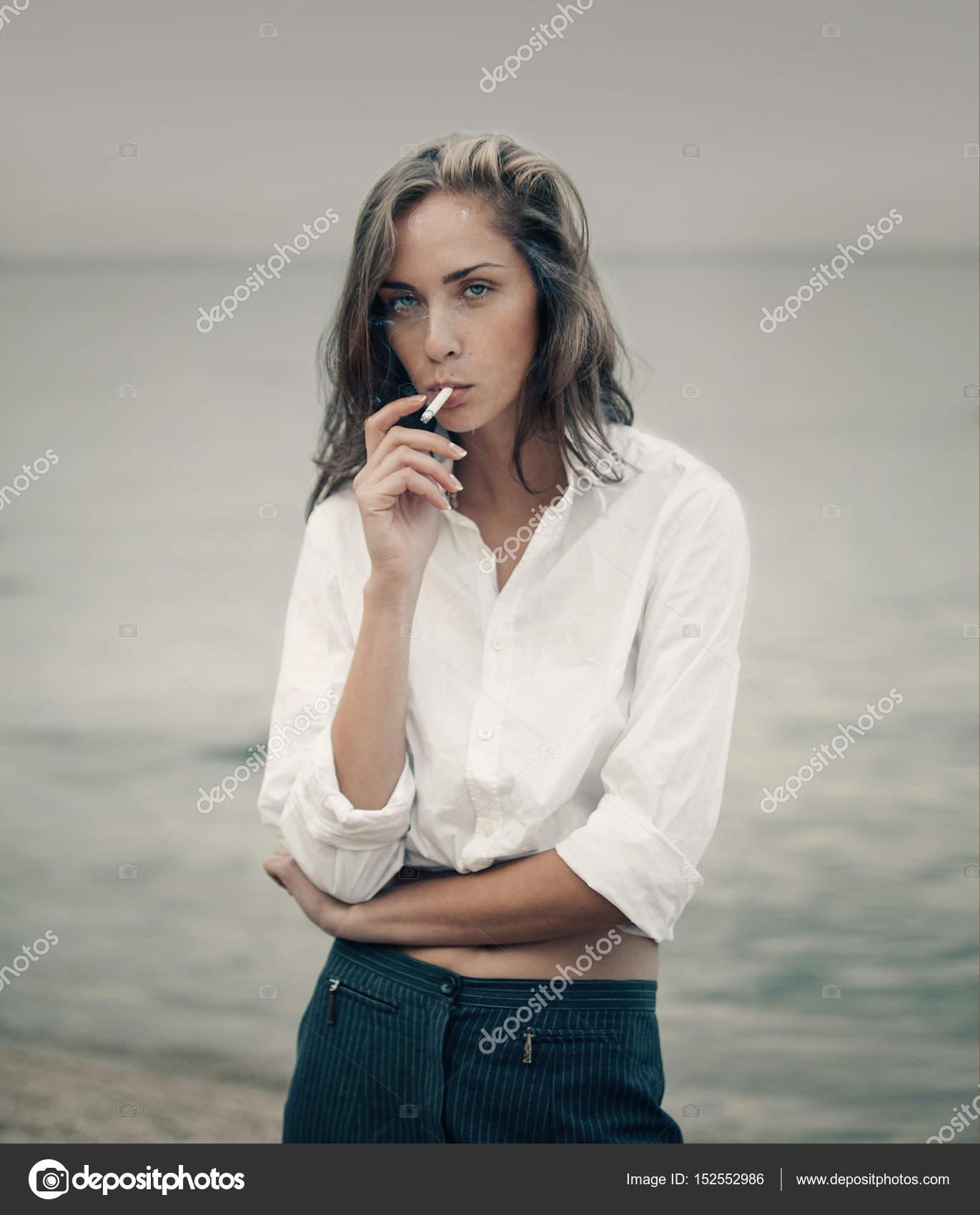 Plachá žena kouření