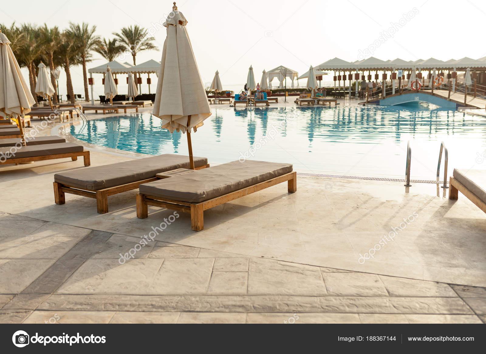 Longue Et Tropical Resort Chaise Piscine Parasol Photographie Avec — rdoBxCe