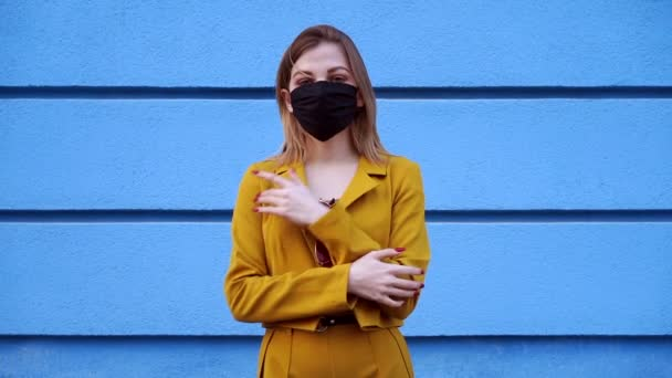 Mladý kavkazský evropský dívka 20 let nosit černé ochranné lékařské masky ochrana proti epidemii coronavirus covid-19