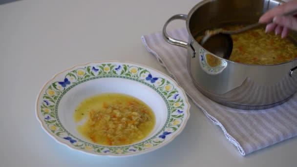Suppe mit Gemüsepasta und Eiern
