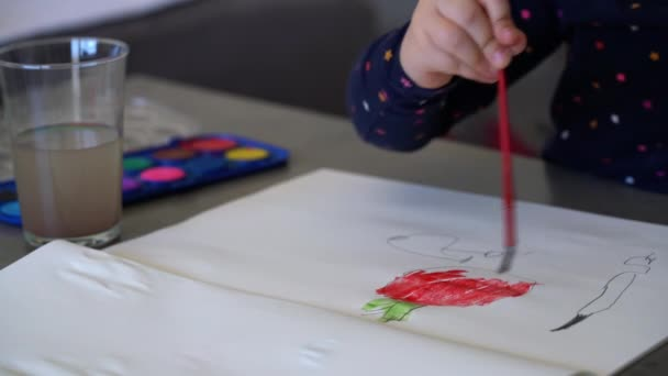 Kleine Kinder malen mit Aquarell