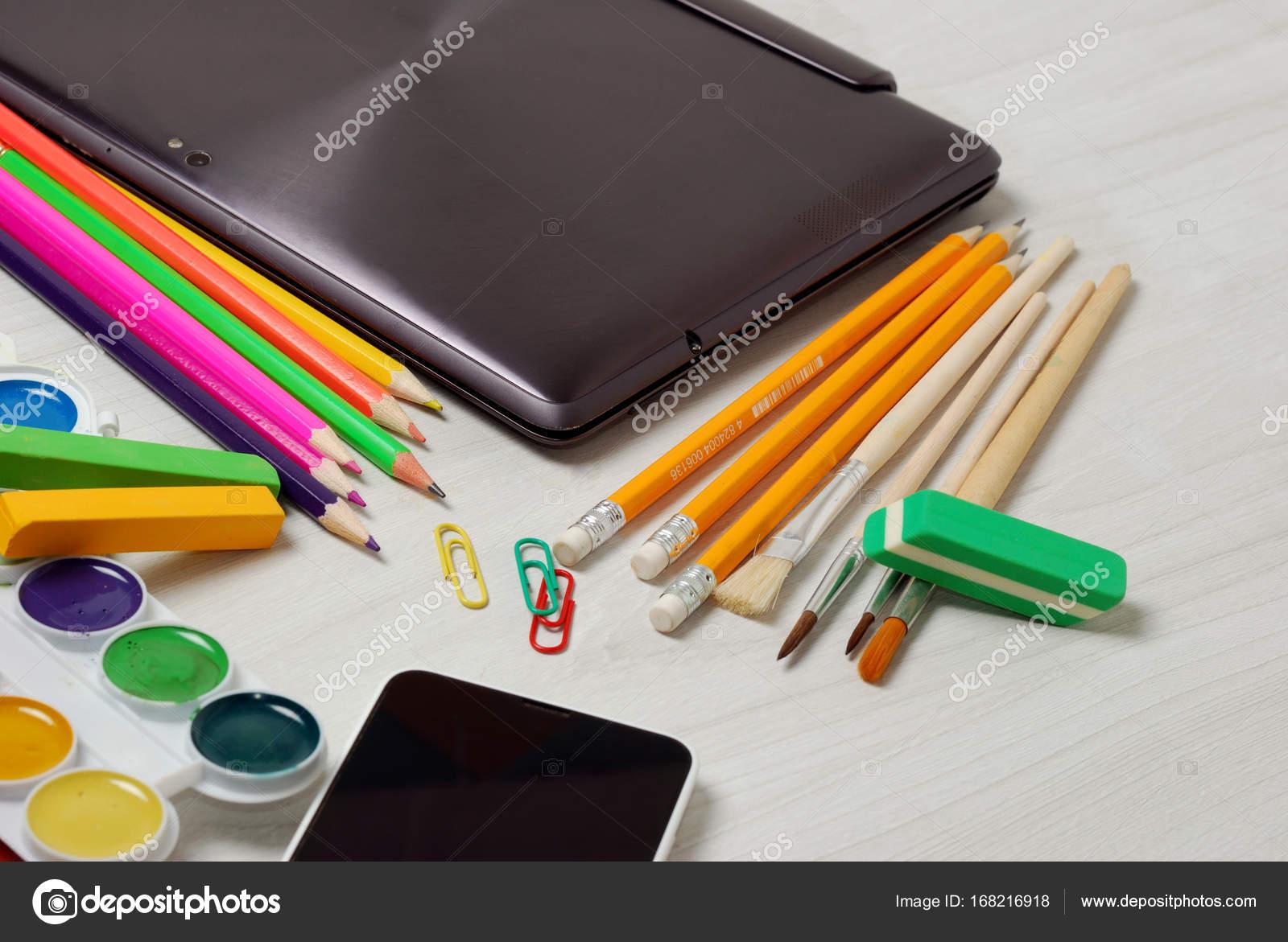 Fournitures de bureau scolaire ou étudiant fermé pour ordinateur