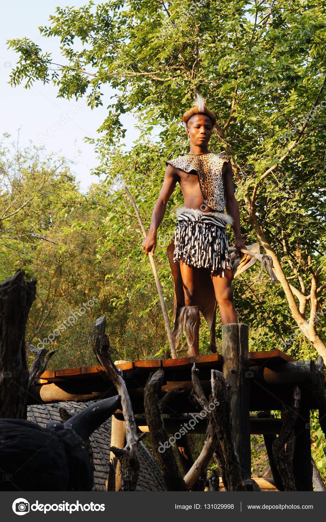 Zulu homem vestido de guerreiro em lesedi cultural village zulu homem vestido de guerreiro em lesedi cultural village fotografia de stock stopboris Gallery