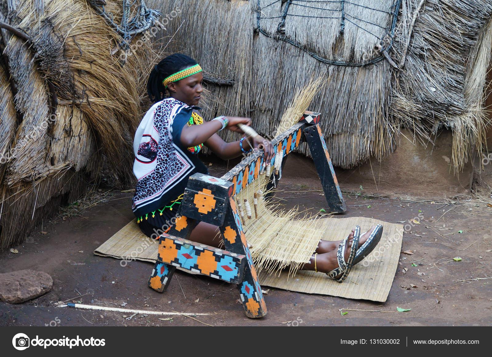 b3a420e1ee Afrikai Zulu nő visel hagyományos kézműves ruha szövik st– Editorial Stock  Fényképészet