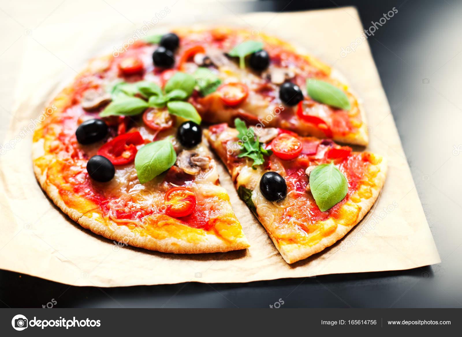 Pizza Margherita mit Käse und Basilikum — Stockfoto © Zakharova ...
