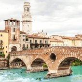 Verona, Itálie - 25 června 2017: Verona. Most Ponte Pietra ve Veroně na řeky Adige