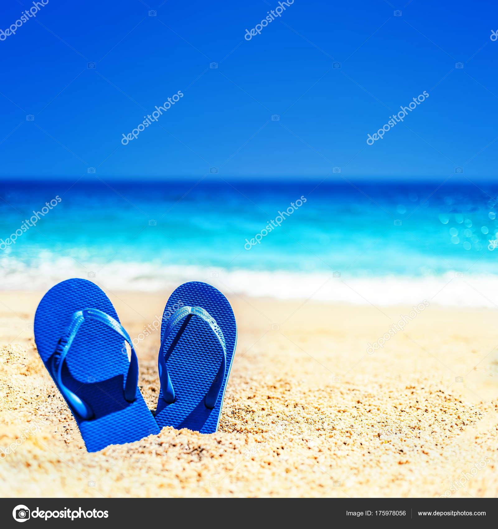 24ee657b6 Summer Holiday Beach Background Flip Flops Tropical Beach Slippers Sand —  Stock Photo