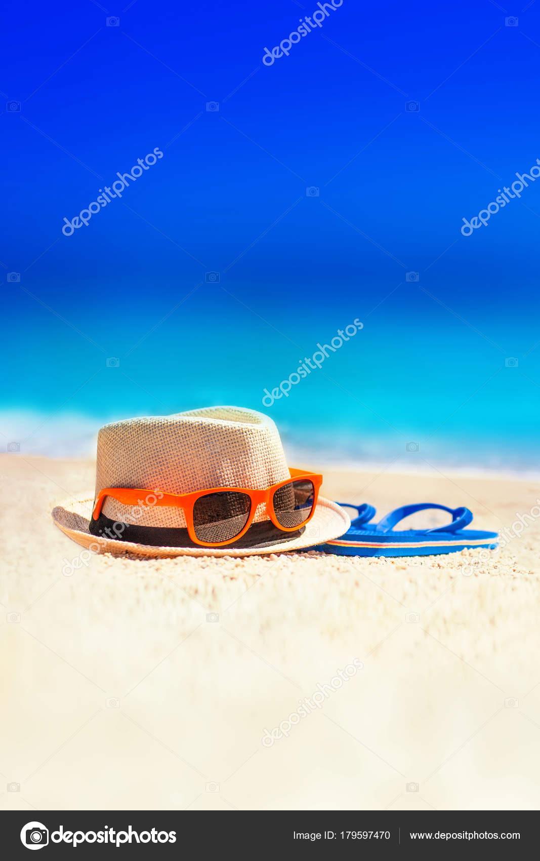 9199d5c3586ad Parmak Arası Terlik Plaj Şapka Güneş Gözlüğü Kum Üzerinde Yaz — Stok  fotoğraf