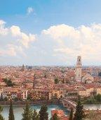 Fotografia Verona, Italia. Vista aerea con il fiume Adige e Ponte di Pietra al giorno di estate con cielo blu. Panorama. Antico europeo italiano cit