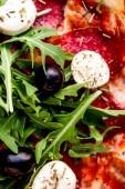 Fotografia Affettare pizza calda con salame piccante, formaggio di fusione. V superiore